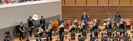フェスタサマーミューザKAWASAKI2015東京交響楽団オープニングコンサートでのマーラー交響曲第1番「巨人」の演奏写真(撮影:青柳聡)。この曲もティンパニ奏者は2名で演奏します。