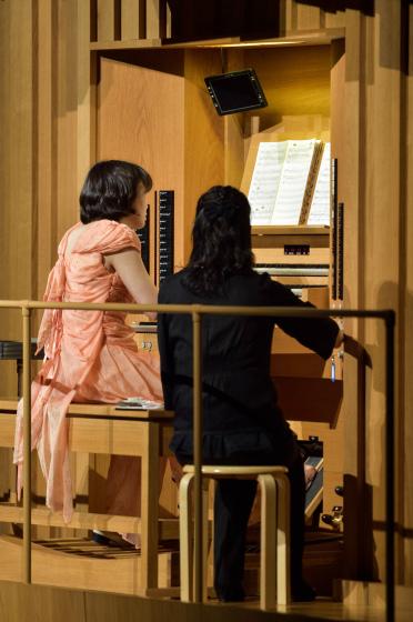 〔写真〕オルガンのメインコンソールでソロ演奏をする高橋博子さん