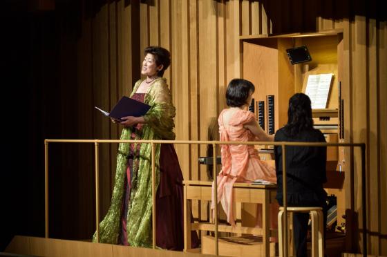 〔写真〕高橋さんがメゾ・ソプラノ増田弥生さんの歌と共に演奏している様子