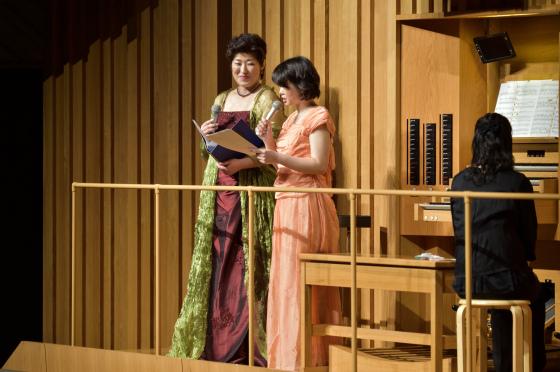 〔写真〕オルガンの横で高橋さん増田さんお二人でのトーク