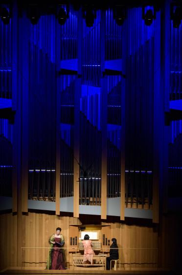 〔写真〕オルガンのパイプに青い照明をあて、幻想的な雰囲気のホール