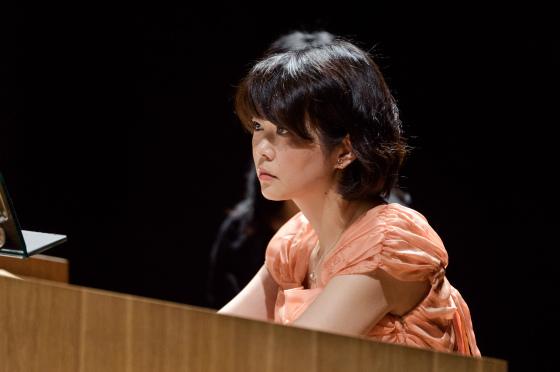 〔写真〕ナイトコンサート;リモートコンソールで演奏する高橋さん