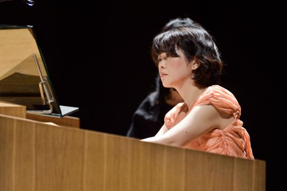 〔写真〕ナイトコンサート;リモートコンソールで演奏する高橋さんその2