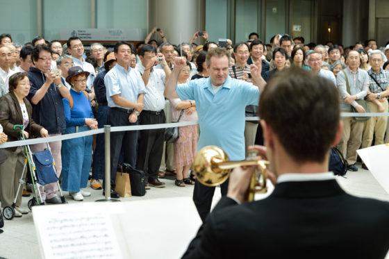 【写真】ファンファーレを初めて指揮するマエストロ