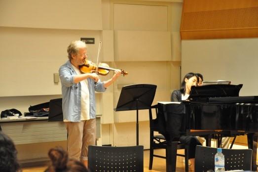 ヴァイオリンを演奏するマイクとピアノを弾く酒井さん