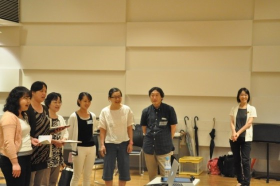 (写真)作った歌詞をのせて歌う参加者