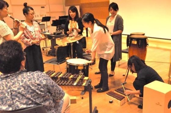 (写真)音作りをする参加者たち