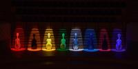 〔写真〕8人のチェロケースを舞台上に飾り照明をあてておしゃれに演出
