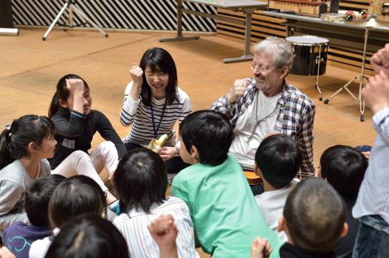〔写真〕マイクさんと子どもたちの出会い。初対面なのにすぐ打ち解けます。