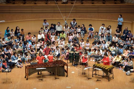 〔写真〕打楽器コンサート。舞台に子どもたちが上がって楽しみました。