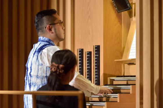 〔写真〕オルガンミニコンサートで演奏する近藤岳さん
