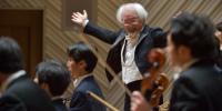 〔写真〕満場の拍手を受けるマエストロ&オーケストラ