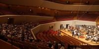 〔写真〕公開リハーサル中。2階席から舞台を見つめる友の会会員のみなさん。