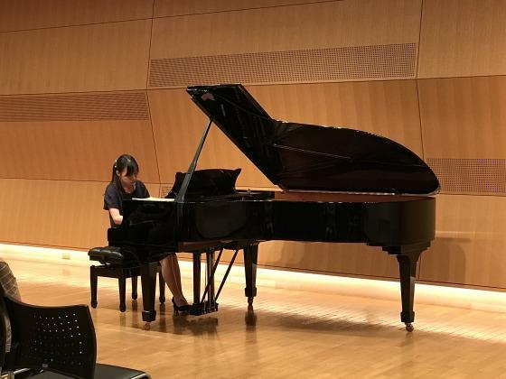 〔写真〕公開レッスンの様子。まずは受講生のみで通しての演奏を行いました。