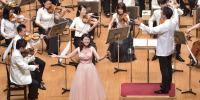 【写真】歌の神崎ゆう子さんも楽しそうに歌っています