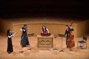 【写真】舞台上ポジティフオルガンを使ってのアンサンブル