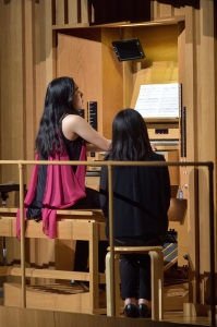 【写真】オルガンのソロ演奏をする福本茉莉さん