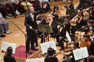 【写真】指揮をするマエストロと応えるオーケストラ。情景を音で表した3作品が演奏されました。