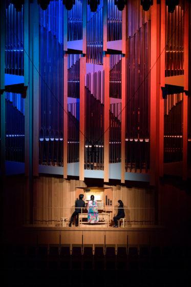 【写真】オルガンのパイプに水色とピンクの照明を入れ曲の雰囲気を演出