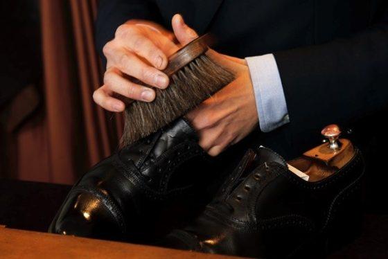 【写真】靴磨きをされている様子