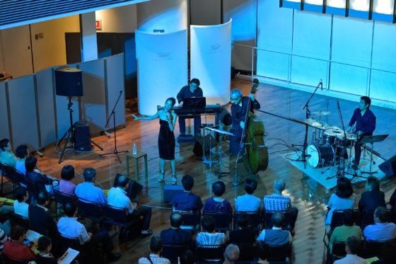 【写真】ワインバーではヴォーカルも加わり、会場がドリンクコーナーのため、ホールに比べより密接なセッションが繰り広げられました。
