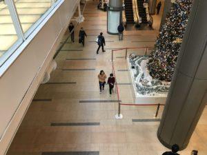 【写真】家族連れを探してビル1階を見に行っているリトルミューザメンバー