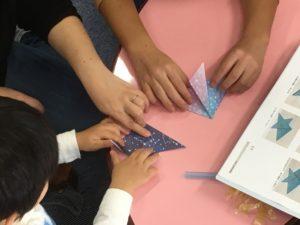 【写真】3歳のお子さんも一生懸命折り紙を折っていました。
