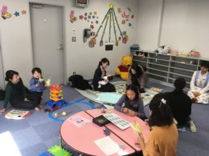 【写真】託児室見学会の様子。それぞれ思い思いにお部屋を楽しんでいます。