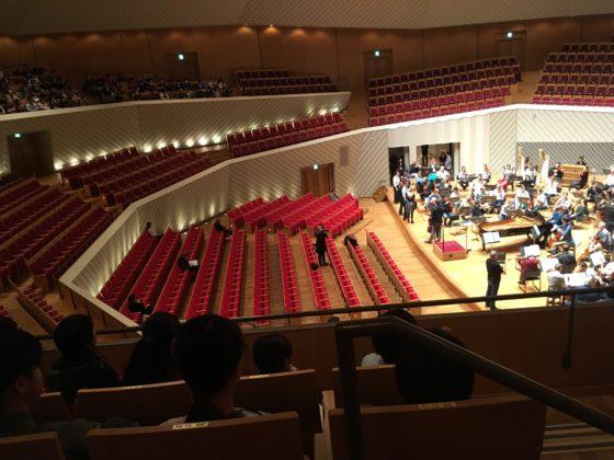 【写真】リハーサルがはじまる前の様子。客席内や舞台上で奏者が思い思いに練習していました。