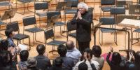 【写真】オーケストラ退場後も拍手が続き、マエストロのみ再度登場。舞台前にはスタンディングオベーションのお客様がたくさん集まっています。