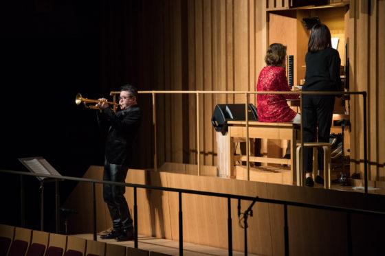 【写真】クラシックの曲に日野さんが即興で絡んで演奏。オルガンを弾く小野田さんの前方に立ち、オルガンのそばで演奏。