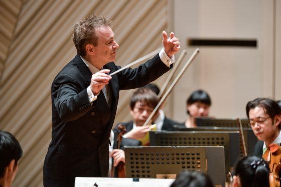 【写真】マエストロアップの写真。真剣なまなざしで奏者を見つめ指示を出しています。