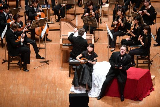 【写真】第2幕、ドン・ジョヴァンニが窓辺でマンドリンを伴奏に歌うシーン。