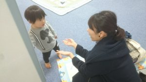 【写真】託児室へお迎えに来たお母さんに駆け寄るお子さん。