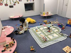 【写真】見学会参加のお子さんが実際に託児室で楽しんでいます。満足そうにお菓子を食べている様子。