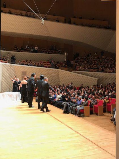 【写真】カーテンコールの様子を、舞台袖から撮影。