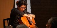 【写真】演奏をされる大宮さんアップ。楽器を抱え、高音を出しています。すばらしい演奏を聴かせてくださいました。