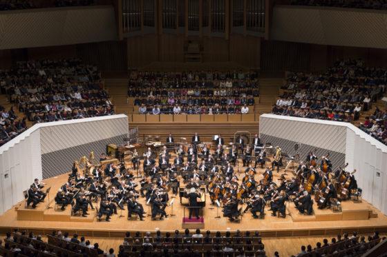 【写真】オーケストラ全景。一糸乱れぬ演奏です。