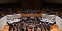 【写真】舞台全景。完売公演のため、満席のお客様からの拍手を一身に受ける奏者たち。
