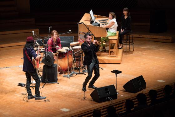 【写真】チュニジアの夜演奏の様子。舞台下手にギター高木さん、センターにトランペット日野さん、その後ろにパーカッション藤橋さん、上手にオルガン(リモートコンソール)小野田さん。