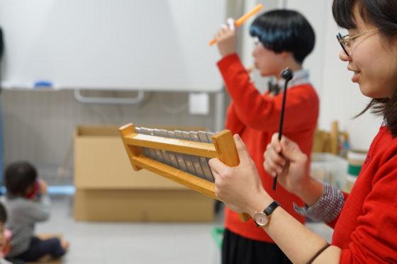 【写真】リズム遊びの様子。講師のはっぴーたーんのお二人のメロディと一緒に、作った太鼓を使ってリズム遊び。みんな楽しく演奏していました。