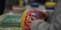 【写真】完成した太鼓にシールを貼る子どもの様子。ミューザや科学館のシールをたくさん用意して、自分だけのオリジナルなものに仕上げていきました。