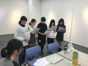 【写真】グループ1の発表。5人で頑張りました。