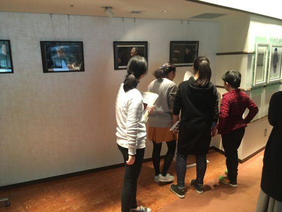 【写真】ホール通路のいろんなところに写真や美術品が展示されています。