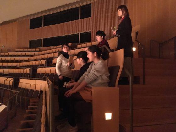 【写真】ホール4階客席の椅子に設置された足台も体験。