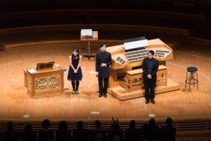 【写真】3人で拍手を受けている様子。作曲の松岡あさひさんは、なんとこの日オルガンアシスタントをしてくださいました。