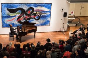 【写真】開演前のジャズバーsayamaの様子。ドリンクコーナーにピアノが運ばれ、リクエストに応じて即興で佐山さんが演奏されました。