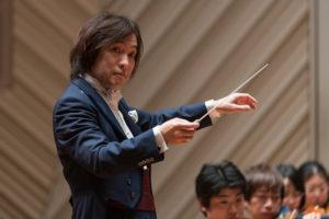 【写真】鋭い視線でオーケストラを指揮する飯森マエストロ。