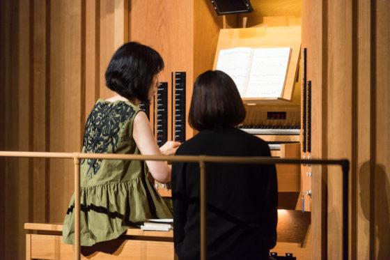 【写真】松居直美さんのオルガンソロ演奏の様子。