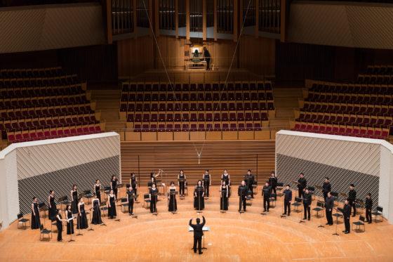 【写真】「最後のアレルヤ」の演奏の様子。メインコンソールのオルガンと舞台上に合唱が並んでの共演でした。